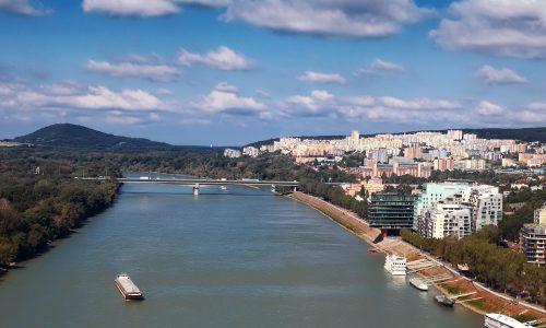 Mosty Bratislavy: Zdiaľničného Lafranconi skáču ľudia, pod ním sa hrá futbal