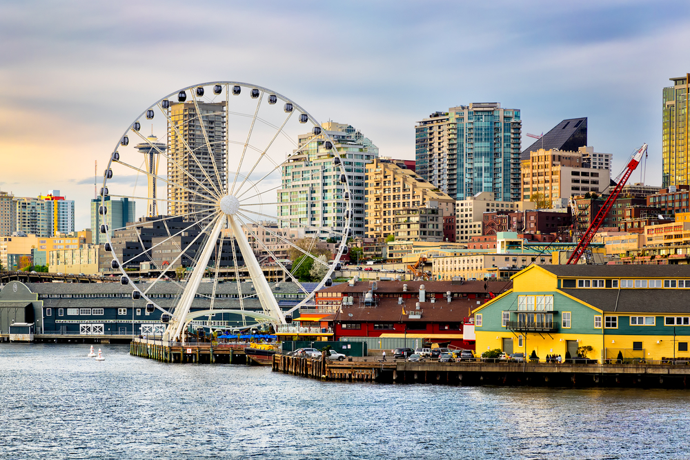 Transformácia nábrežia v Seattli sa začala iba v roku 2010, preto sa tu popri nových verejných priestoroch nachádzajú aj staré industriálne budovy. Zdroj: Shutterstock